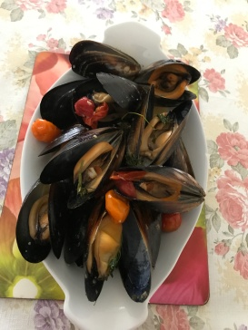 Mussels and medley tomatoesin white wine sauce.JPG